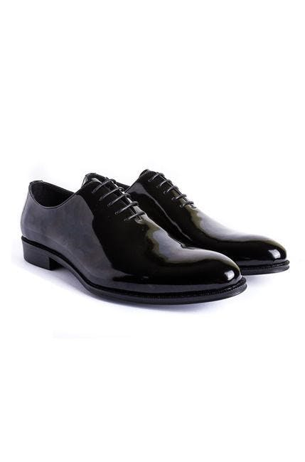 Guide to the types of shoes to wear with a tuxedo.